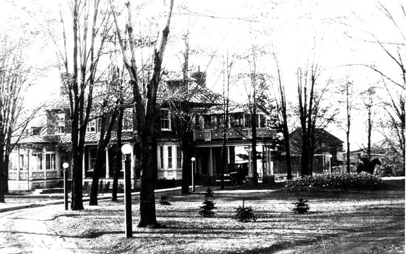 <p>&Agrave; la fin de la Seconde Guerre mondiale, Horace Boivin prend l&#39;initiative de garder des animaux sauvages et domestiques dans la cour de sa r&eacute;sidence, entre la rue Dufferin et la rue Elgin, avant de fonder le Zoo de Granby.&nbsp;</p>