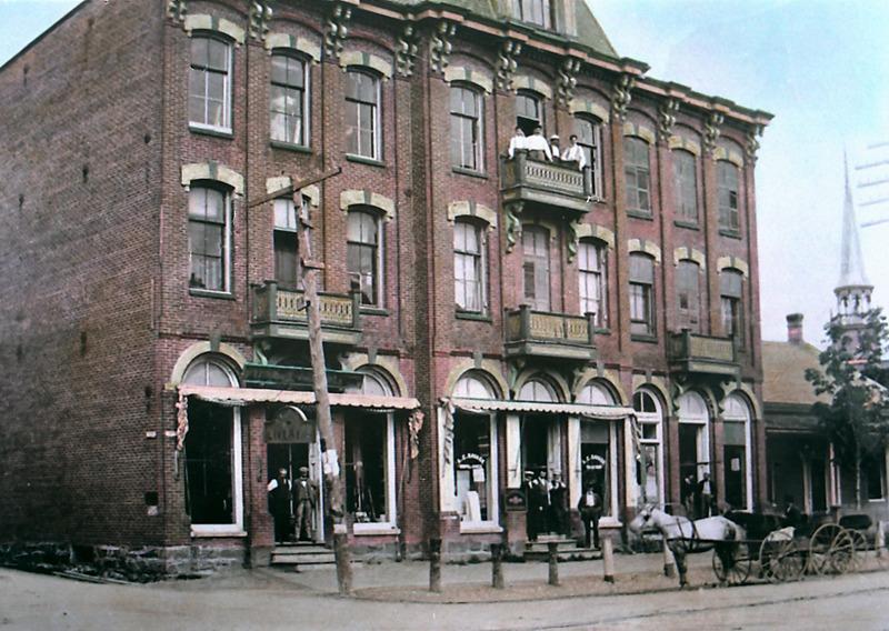 <p>Le magasin Savage au tournant du XXe si&egrave;cle. 27, rue Principale, Granby. (Fonds Ellis Savage, SHHY).&nbsp;Photographe amateur de talent, c&rsquo;est &agrave; Ellis Savage que l&rsquo;on doit les plus belles photos de Granby de la fin du XIXe si&egrave;cle.</p>