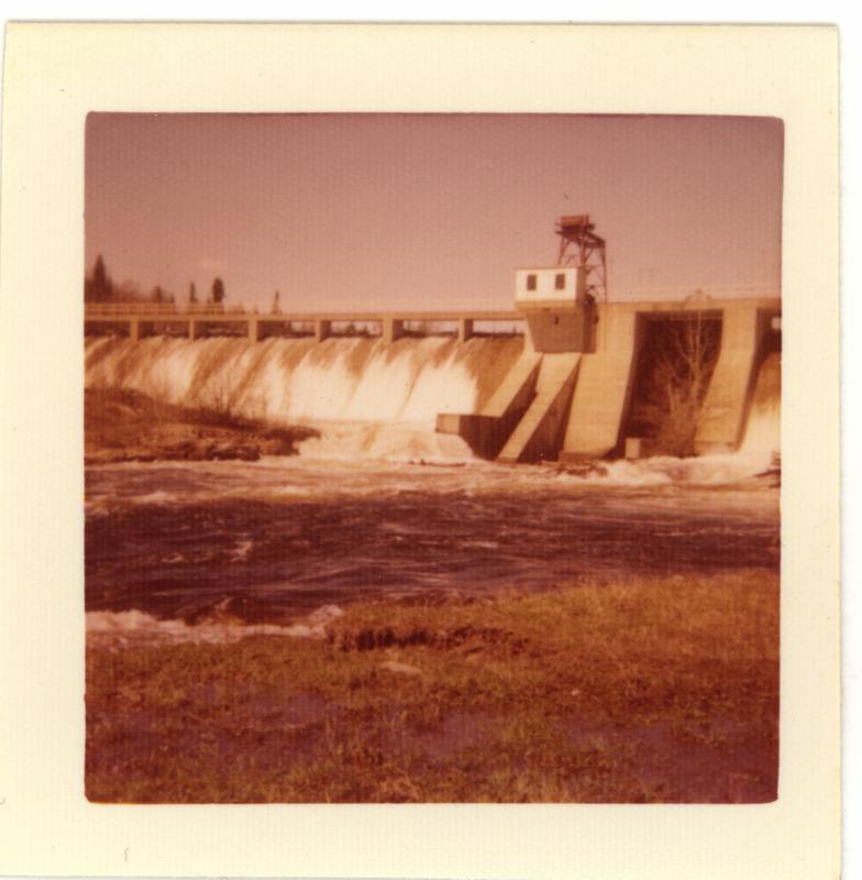 <p>Photographie: Maurice Ladouceur, ancien draveur de Chute-Saint-Philippe.<br /><br />&laquo; Au printemps, il y avait la crue des eaux qui noyait tout le secteur de Chute-Saint-Philippe autour du pont. Tous les ans, c&rsquo;&eacute;tait noy&eacute;. Le barrage a &eacute;t&eacute; un r&eacute;gulateur de pluie tout en &eacute;tant un r&eacute;servoir hydraulique. Le barrage de 1952, c&rsquo;&eacute;tait colossal. C&rsquo;&eacute;tait gros pour nous. Ils ont fait un barrage sur un terrain solide. Ils ont b&acirc;ti la grande dam [barrage]. Ils ont d&eacute;tourn&eacute; la rivi&egrave;re. Aujourd&rsquo;hui, tout est bois&eacute;. Ils ont mont&eacute; l&rsquo;eau de 25 &agrave; 30 pieds. Ils ont fait un chenal pour retrouver le nid de la rivi&egrave;re. Tout le monde &eacute;tait int&eacute;ress&eacute; &agrave; &ccedil;a. L&rsquo;ing&eacute;nieur qui construisait les travaux s&rsquo;appelait Lagueux. &raquo;<br />Jean Tisserand, 88 ans, draveur de 1945-1948, Chute-Saint-Philippe.</p>