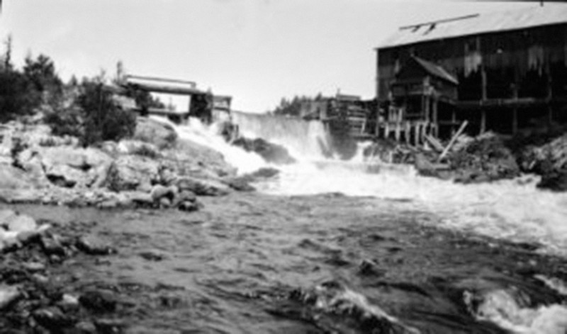 <p>Photographie du barrage et de la chute sur la rivi&egrave;re Kiamika, 1930.&nbsp; BAnQ. Centre d&rsquo;archives de Qu&eacute;bec. Fonds minist&egrave;re du D&eacute;veloppement durable, de l&rsquo;Environnement et des Parcs.<br /><br />&nbsp;Lorsque le soleil du printemps commen&ccedil;ait &agrave; faire fondre la neige, les activit&eacute;s de la drave commen&ccedil;aient. La Maclaren planifiait les op&eacute;rations qui achemineront le bois coup&eacute; pendant l&rsquo;automne et l&rsquo;hiver, tous des r&eacute;sineux, car les bois durs ne flottent pas, jusqu&rsquo;&agrave; Buckingham. Elle &eacute;valuait aussi les besoins en ressources mat&eacute;rielles et humaines qui seront n&eacute;cessaires pour permettre le transport ais&eacute; des billots et des pitounes. Gonfl&eacute;s d&rsquo;eau, la rivi&egrave;re Kiamika, les ruisseaux, les criques et les lacs repr&eacute;sentaient un v&eacute;ritable r&eacute;seau de transport naturel.</p>Vers P&acirc;ques, au d&eacute;but du mois d&rsquo;avril, une partie de l&rsquo;&eacute;quipe de travail arrivait au camp du lac Br&ucirc;l&eacute; pour pr&eacute;parer l&rsquo;arriv&eacute;e des draveurs. On v&eacute;rifiait l&rsquo;&eacute;tat des b&acirc;timents, les provisions et l&rsquo;&eacute;quipement. La deuxi&egrave;me &eacute;tape du travail consistait &agrave; nettoyer les cours et les berges, &agrave; enlever les d&eacute;bris qui pourraient obstruer le flottage des billes et &agrave; examiner l&rsquo;&eacute;tat des &eacute;cluses. Lorsque cette op&eacute;ration &eacute;tait termin&eacute;e, le contrema&icirc;tre ordonnait aux draveurs de jeter &agrave; l&rsquo;eau les billes situ&eacute;es sur les sites d&rsquo;empilement. Pour ce faire, les draveurs utilisaient le crochet et le hookaroon pour la pitoune, le peavy et cant-hook pour les billots tr&egrave;s lourds. Ce dernier outil &eacute;tait un manche de bois muni d&rsquo;une grosse pointe de m&eacute;tal et d&rsquo;un crochet &agrave; charni&egrave;re utilis&ea
