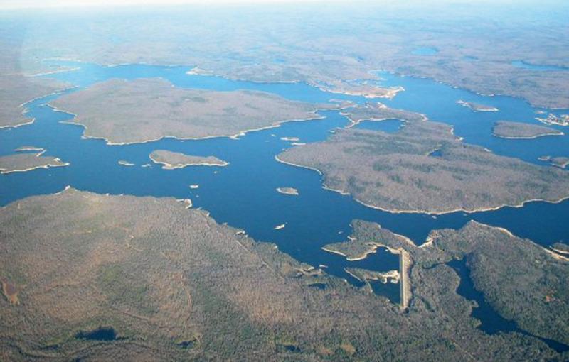 <p>D&rsquo;une superficie maximale de 52 kilom&egrave;tres carr&eacute;s, le r&eacute;servoir Kiamika peut voir ses dimensions diminuer jusqu&rsquo;&agrave; 34 kilom&egrave;tres carr&eacute;s au mois d&rsquo;avril de chaque ann&eacute;e. Le p&eacute;rim&egrave;tre riverain est d&rsquo;environ 90 km, dont 28 km en Territoires non organis&eacute;s (TNO) ;&nbsp; 49 km se trouvent dans la ville de Rivi&egrave;re-Rouge, 9 km dans la municipalit&eacute; de Chute-Saint-Philippe et 4 km dans la municipalit&eacute; de Lac-Saguay. Il est le troisi&egrave;me plus grand plan d&rsquo;eau du bassin versant de la rivi&egrave;re du Li&egrave;vre et le cinqui&egrave;me plus grand site de p&ecirc;che des Laurentides. De nos jours, c&rsquo;est le Centre d&rsquo;expertise hydrique du Qu&eacute;bec qui g&egrave;re le barrage et les digues.</p>