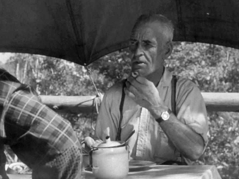 <p>Photographie d&rsquo;un campement de draveurs sur la rivi&egrave;re Kiamika, 1956, tir&eacute;e du film La drave de l&quot;ONF.<br /><br />&laquo; Le matin c&rsquo;&eacute;taient des &oelig;ufs, des toasts, diff&eacute;rents jus, jus de pommes, jus de tomates, du beurre, de la margarine, des petites patates, bacon, caf&eacute;, th&eacute;. Et le soir, c&rsquo;&eacute;tait souvent du boeuf bouilli, des choux, du b&oelig;uf &agrave; flotte avec des patates dans une grosse marmite.&nbsp; Des desserts, des tartes, du g&acirc;teau massif. &raquo;<br />Roger Mainguy, 75 ans, ancien draveur de 1954-1962, Chute-Saint-Philippe.</p>
