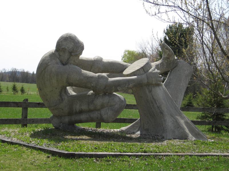 <p>Sculpture de l&#39;artiste Roger Langevin, pr&egrave;s des ponts couverts &agrave; Kiamika</p>Chronologiquement, les premi&egrave;res compagnies de bois qui exploit&egrave;rent les r&eacute;serves foresti&egrave;res des rivi&egrave;res du Li&egrave;vre et de Kiamika furent celles de la Baxter Bowman et de la L&eacute;vi Bigelow de Buckingham dans les ann&eacute;es 1830.&nbsp; Entre 1832 et 1837, le l&eacute;gendaire Jos Montferrand, contrema&icirc;tre pour Bowman, d&eacute;boisa deux sites qui deviendront la Ferme Wabassee au confluent du ruisseau des &icirc;les de la rivi&egrave;re du Li&egrave;vre et la Ferme-Rouge &agrave; l&rsquo;embouchure de la rivi&egrave;re Kiamika.&nbsp; Ces fermes agricoles faisaient l&rsquo;&eacute;levage du b&eacute;tail qui servait &agrave; nourrir les b&ucirc;cherons au cours de l&rsquo;hiver et de chevaux d&eacute;di&eacute;s aux op&eacute;rations foresti&egrave;res.&nbsp; Elles cultivaient aussi une grande partie des&nbsp; produits agricoles consomm&eacute;s par les hommes des bois de Bowman. C&rsquo;&eacute;tait &agrave; l&rsquo;&eacute;poque du commerce du bois &eacute;quarri, particuli&egrave;rement le pin blanc et le pin rouge tr&egrave;s en demande sur le march&eacute; britannique<br /><br />La sculpture Le D&eacute;fricheur, dit le Jos Montferrand, une oeuvre de l&#39;artiste Roger Langevin, a &eacute;t&eacute; &eacute;rig&eacute;e au parc des Ponts Couverts &agrave; Kiamika en 1996. Cette sculpture de b&eacute;ton repr&eacute;sente Montferrand essouchant pour pr&eacute;parer la ferme de chantier Wabasse.<br />