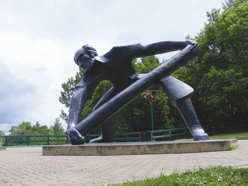 <p>Le Draveur, situ&eacute; au parc Toussaint-Lachapelle au centre-ville de Mont-Laurier est un monument en b&eacute;ton alumineux de 4 m&egrave;tres de hauteur. Il est l&#39;oeuvre du sculpteur Roger Langevin. Il &eacute;crit: &quot;Je veux d&#39;une certaine fa&ccedil;on faire entrer l&#39;&eacute;nergie de l&#39;eau dans ma sculpture,&quot;</p>Le parc Toussaint-Lachapelle &eacute;tait l&#39;endroit o&ugrave; les draveurs jetaient les billes &agrave; l&#39;eau au printemps dans la rivi&egrave;re du Li&egrave;vre.<br /><br />