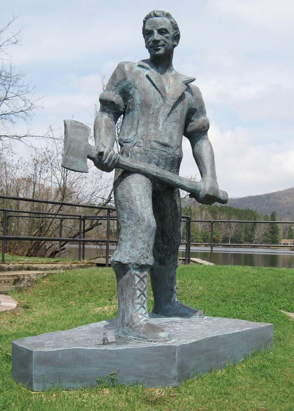 <p>Au parc George-Painchaud, le Grand six pieds est une sculpture en fibre de verre de Roger Langevin. Elle fait plus de 2,75m de hauteur et est &agrave; l&#39;effigie de Claude Gauthier, auteur-compositeur-interpr&egrave;te natif de Lac Saguay.<br /><br />Elle personnifie le b&ucirc;cheron de la chanson &quot; LE GRAND SIX PIEDS&quot;.<br />&quot; Je suis de nationalit&eacute; qu&eacute;b&eacute;coise-fran&ccedil;aise<br />&nbsp; Et les billots j&#39;les ai coup&eacute;s<br />&nbsp; A la sueur de mes deux pieds<br />&nbsp; Dans la terre glaise &quot;<br /><br />- Claude Gauthier</p>