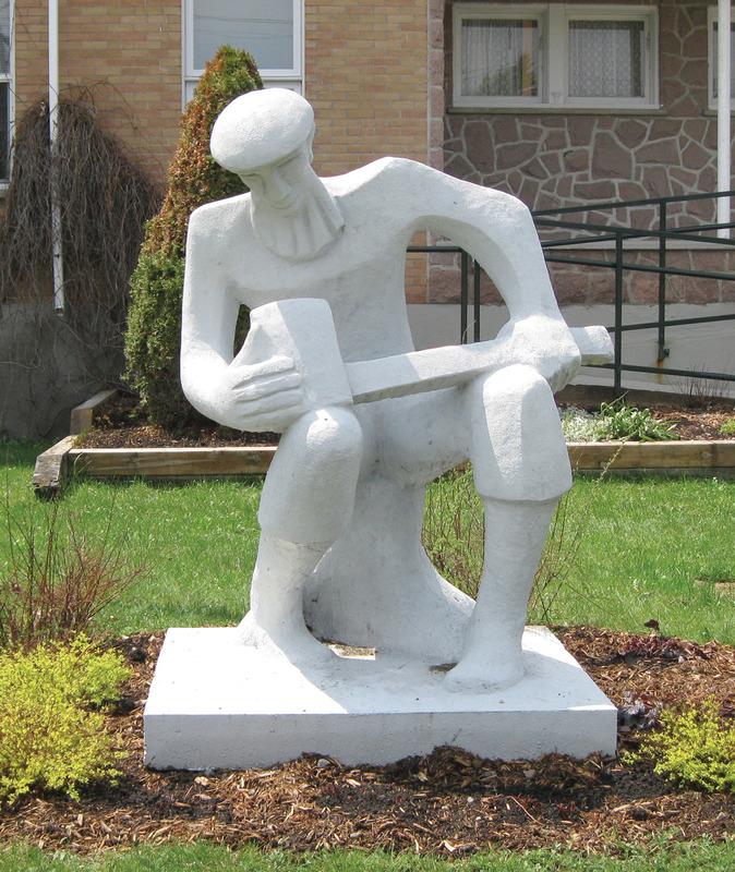 <p>Cette sculpture en b&eacute;ton de 1,60m&nbsp; a &eacute;t&eacute; r&eacute;alis&eacute;e devant public par l&#39;artiste Roger Langevin au Pavillon du Qu&eacute;bec &agrave; Terre des Hommes en 1977. Elle a &eacute;t&eacute; par la suite l&eacute;gu&eacute;e l&#39;ann&eacute;e suivante &agrave; la municipalit&eacute; de Lac-Saguay par l&#39;entremise du Centre d&#39;exposition de Mont-Laurier. Tout d&#39;abord plac&eacute;e au parc George-Painchaud, elle a &eacute;t&eacute; r&eacute;nov&eacute;e par l&#39;artiste et install&eacute;e en face de l&#39;h&ocirc;tel de ville de la municipalit&eacute;</p>