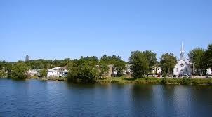 <p>L&#39;importance de Notre-Dame-du-Laus dans le commerce des fourrures se confirme avec l&#39;ouverture d&#39;un poste de traite de la compagnie de la Baie d&#39;Hudson &agrave; l&#39;embouchure du lac des Sables sur la Li&egrave;vre en 1826.&nbsp; Pendant plus d&#39;un quart de si&egrave;cle, ce poste contr&ocirc;le tous les convois de fourrures arrivant des hauts de la Li&egrave;vre et de la Gatineau.<br /><br />Notre-Dame-du-Laus conna&icirc;t sa seconde vocation &eacute;conomique &agrave; compter de 1824. Ses gigantesques pins blancs attirent alors de nombreux forestiers &agrave; l&#39;emploi d&#39;entrepreneurs de Buckingham. &Eacute;quarris en for&ecirc;t et drav&eacute;s par le chemin des eaux, ces arbres sont d&#39;abord exp&eacute;di&eacute;s en Grande-Bretagne pour la construction navale. Plus tard, ils deviennent mat&eacute;riaux de construction achemin&eacute;s &agrave; Montr&eacute;al, Boston et New York. &Agrave; compter du XXe si&egrave;cle, ils entrent dans la fabrication du papier. La mont&eacute;e hivernale de cette arm&eacute;e de b&ucirc;cherons pendant plusieurs d&eacute;cennies, am&egrave;ne l&#39;ouverture de la ferme des Pins en aval imm&eacute;diat de Notre-Dame-du-Laus. Relais en pleine for&ecirc;t sur la rive de la Li&egrave;vre, cette grande ferme compte plusieurs b&acirc;timents pour entreposer la nourriture des hommes et des chevaux qui oeuvrent dans les chantiers forestiers avoisinants. Les premi&egrave;res familles de colons d&eacute;fricheurs peuvent aussi s&#39;y approvisionner. Attir&eacute;es par la qualit&eacute; du sol, les premi&egrave;res familles de colons entreprennent de d&eacute;fricher les lots avoisinants le poste de traite du Lac des Sables et la ferme des Pins, au milieu du XIXe si&egrave;cle.<br /><br />Un quart de si&egrave;cle plus tard, en 1873, la trentaine de familles &eacute;tablies accueillent son premier cur&eacute; catholique r&eacute;sidant, le jeune Eug&egrave;ne Trinquier, originaire de France, &acirc;g&