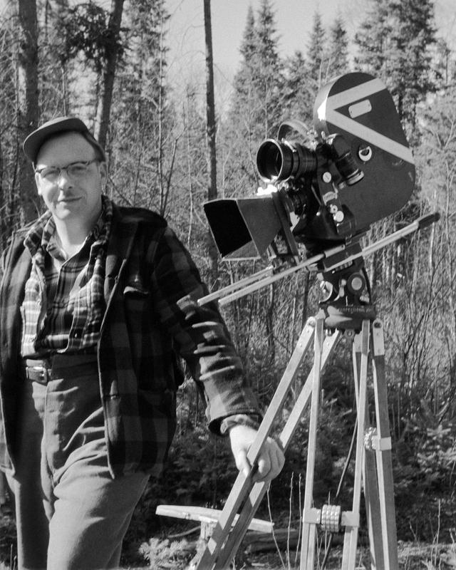 <p>Le cin&eacute;aste Raymond Garceau lors d&#39;un tournage en 1956.<br /><br />On cessa la drave sur la rivi&egrave;re Kiamika en 1962. Cinq ans plus t&ocirc;t, le cin&eacute;aste Raymond Garceau de l&rsquo;Office national du film (ONF) du Canada vint y r&eacute;aliser un documentaire narr&eacute; par F&eacute;lix Leclerc. Ce film est unique dans l&rsquo;histoire de la drave. Il montre les draveurs de la Kiamika, jeunes, agiles, hardis, fraternels et libres, conduire les billots sous la direction du contrema&icirc;tre Sylvio Morin de Notre-Dame-du-Laus. Ce film ainsi que des extraits film&eacute;s d&#39;entrevues avec d&#39;anciens draveurs sont en pr&eacute;sentation continue au Centre d&#39;interpr&eacute;tation de la drave.<br /><br />La Maclaren abandonna la drave sur la Kiamika pour plusieurs raisons : l&rsquo;efficacit&eacute; du transport du bois par camion, les pressions du milieu pour la r&eacute;appropriation des plans d&rsquo;eau &agrave; des fins de loisirs et de tourisme, les consid&eacute;rations &eacute;cologiques &agrave; l&rsquo;&eacute;gard de la pollution occasionn&eacute;e par le bois ainsi que la crise dans l&rsquo;industrie foresti&egrave;re.<br /><br />Ailleurs, il faudra attendre la fin de la drave sur la Rouge en 1970 et sur la Li&egrave;vre en 1993. C&rsquo;est en 1996 que Qu&eacute;bec interdira d&eacute;finitivement cette activit&eacute; qui polluait les rivi&egrave;res et freinait le d&eacute;veloppement touristique. Par le flottage, le bois s&rsquo;en trouvait ramolli et arrivait &agrave; destination presque enti&egrave;rement &eacute;corc&eacute;. Par contre, la lib&eacute;ration de m&eacute;taux lourds, comme le mercure, contenus dans les &eacute;corces des r&eacute;sineux acidifiait les cours d&rsquo;eau et eut un impact d&eacute;sastreux sur l&rsquo;environnement aquatique. Mais les anciens draveurs contestent cet argument.</p>