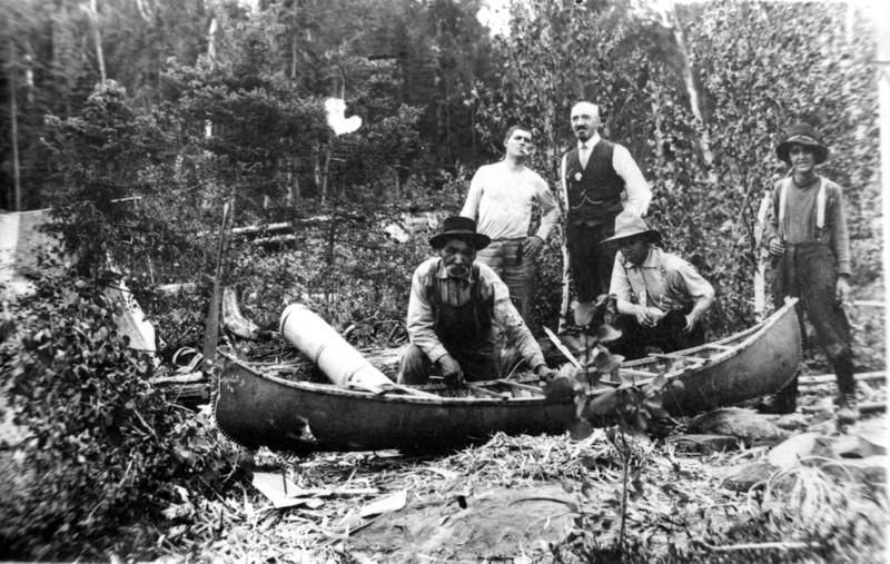 <p>L&#39;Am&eacute;rindien Amable Simon fabriquant un canot, collection de Richard Lagrange.<br /><br />Les Algonquins vivaient en symbiose avec la nature. Ils connaissaient et nommaient les lieux g&eacute;ographiques qu&rsquo;ils voyaient, qu&rsquo;ils parcouraient et qu&rsquo;ils occupaient. Plusieurs appellations algonquiennes survivent encore de nos jours comme Nominingue qui signifie &laquo; lac du vermillon, celui qui est graiss&eacute; &raquo;, Saguay : &laquo; embouchure, sortie des eaux &raquo;, La Macaza : &laquo; le bagarreur, le batailleur &raquo;, et Windigo : &laquo; le g&eacute;ant cannibale de la for&ecirc;t &raquo; et Kiamika :&laquo; abrupt ou coup&eacute; au-dessous de l&rsquo;eau &raquo;.</p>