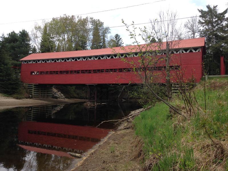<p>Construit en 1906, ce pont traverse la rivi&egrave;re Kiamika. Le pilier central n&rsquo;est pas d&rsquo;origine. Modifi&eacute; en 1992, il &eacute;tait d&eacute;j&agrave; pr&eacute;sent dans les ann&eacute;es 70. Jusqu&rsquo;en 1980, le lambris n&rsquo;avait qu&rsquo;une ouverture et le pont &eacute;tait blanc et vert. Le panneau toponymique a &eacute;t&eacute; install&eacute; en novembre 1994. Le nom de ce pont honore une famille &eacute;tablie depuis longtemps pr&egrave;s du pont. Le pont a &eacute;t&eacute; repeint en ao&ucirc;t 2007.<br />Sources: pontscouverts.com</p>