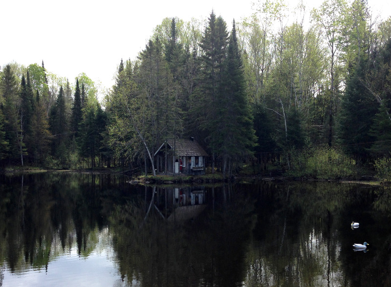 <p>Cette petite maison, situ&eacute;e de l&#39;autre c&ocirc;t&eacute; de la route en face du mus&eacute;e historique, est l&#39;oeuvre de Jean Tisserand. Maintefois photographi&eacute;e par les passants, elle rappelle l&#39;image mytique de ma cabane au Canada.</p>