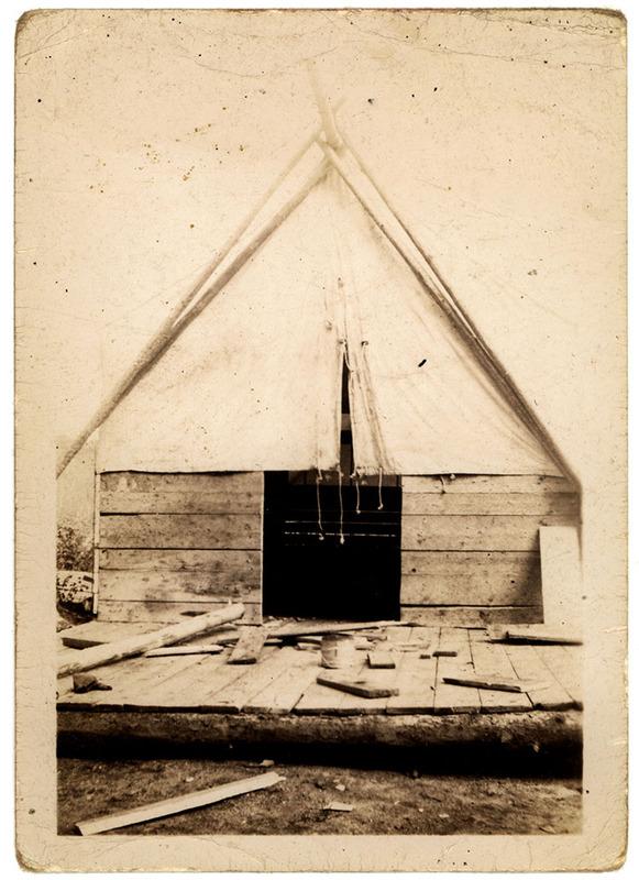 <p>Photographie de Maurice Ladouceur, ancien draveur de Chute-Saint-Philippe.<br /><br />Camp de draveurs &agrave; la baie Cutaway vers 1950. Facilement d&eacute;montables, les camps &eacute;taient d&eacute;plac&eacute;s par camion au nouvel emplacement pour accueillir les draveurs &agrave; la fin de la journ&eacute;e.</p>