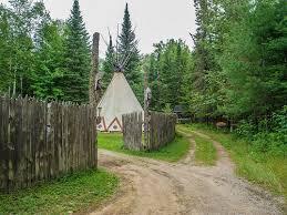 <p>Vous recherchez un endroit de pr&eacute;dilection sur le bord d&#39;un beau lac tranquille? La Bourgade, situ&eacute;e &agrave; Lac-Saint-Paul, offre &agrave; l&#39;ann&eacute;e des s&eacute;jours en Tee-Pee traditionnel Sioux.</p>