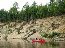 <p>De mai &agrave; octobre, les plans d&#39;eau de la r&eacute;gion deviennent de vrais tr&eacute;sors. Que ce soit la rivi&egrave;re Rouge avec ses plages sablonneuses, ses m&eacute;andres tranquilles ou ses rapides, ou que ce soit les lacs environnants avec leur eau calme et la faune vari&eacute;e, vous y passerez des moments inoubliables. &nbsp;</p>