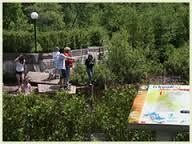 <p>Halte routi&egrave;re o&ugrave; pique-niquer tout en admirant une sculpture de Roger Langevin &quot;Le grand six pieds&quot;, et le premier barrage de Lac-Saguay. Acc&egrave;s pour la mise &agrave; l&#39;eau des embarcations. Route 117, &agrave; l&#39;entr&eacute;e du village, apr&egrave;s le pont.</p>