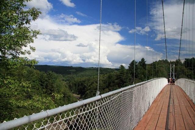 <p>Passerelle suspendue la plus longue au monde (169 m) selon les Records Guinness. R&eacute;plique d&rsquo;une grange ronde d&rsquo;antan et d&rsquo;un pont couvert. Diff&eacute;rentes activit&eacute;s.</p>