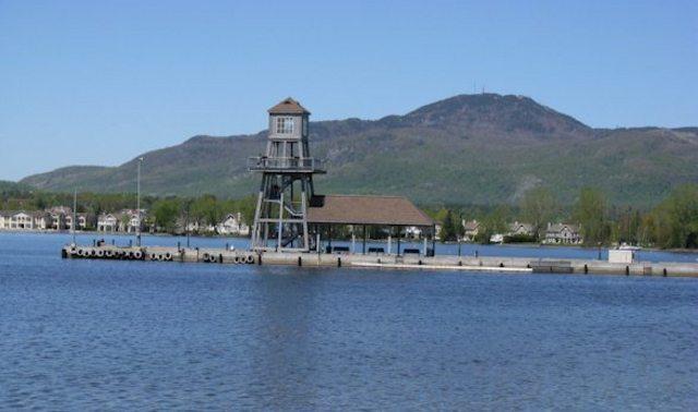 <p>Situ&eacute; &agrave; l&rsquo;extr&eacute;mit&eacute; nord du lac Memphr&eacute;magog, le village de Magog est une destination touristique tr&egrave;s pris&eacute;e.</p>