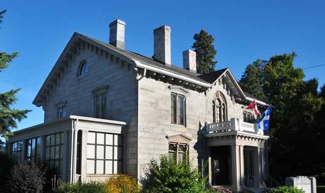 <p>Le mus&eacute;e est situ&eacute; dans la maison historique b&acirc;tie en granit en 1859 par Charles Carroll Colby. La famille Colby l&rsquo;a habit&eacute;e jusqu&rsquo;en 1992 sans interruption, avant de l&rsquo;offrir au Mus&eacute;e d&rsquo;histoire de Stanstead avec son ameublement d&rsquo;&eacute;poque.</p>