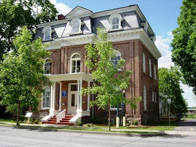 <p>Le bureau d&rsquo;accueil touristique de Cowansville se distingue par la qualit&eacute; de son accueil &agrave; l&rsquo;int&eacute;rieur d&rsquo;une somptueuse r&eacute;sidence patrimoniale au mus&eacute;e Bruck.</p>