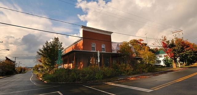 <p>Situ&eacute; dans l&#39;ancien magasin g&eacute;n&eacute;ral et ouvert en 1988, ce centre culturel et communautaire pr&eacute;sente des spectacles, des expositions, des festivals et offre des services &agrave; la communaut&eacute;.</p>