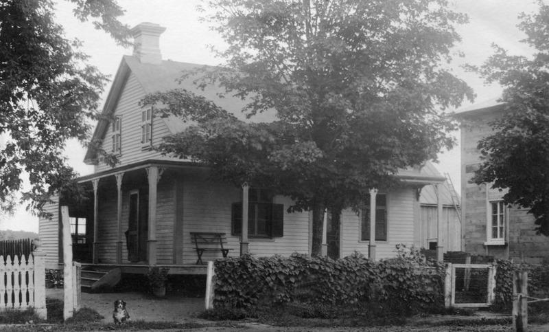 <p>La maison Ducharme - Au 4877,&nbsp;route Marie-Victorin, la maison&nbsp;de M. Hormidas Ducharme qui fut membre du Conseil&nbsp;du Village de 1906 &agrave; 1909.</p>