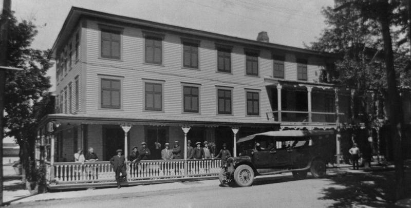 <p>L&#39;&eacute;difice de La Pomme d&rsquo;Or en 1923, &agrave; une &eacute;poque o&ugrave; on y trouvait une station d&rsquo;autobus. On y voit l&rsquo;autobus de M. Alfred Latour, de Verdun. Il en co&ucirc;tait 75 cents pour faire l&#39;aller-retour Contrec&oelig;ur-Montr&eacute;al.</p>