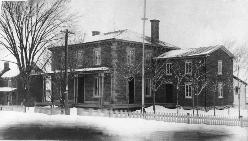 <p>Le presbyt&egrave;re en 1898 - Au 4932, route Marie-Victorin, &oelig;uvre de style g&eacute;orgien construite en 1885 au co&ucirc;t de 7,200 $. L&#39;architecte est le p&egrave;re Joseph Michaud qui aimait marier pierres et briques et jouer avec l&#39;in&eacute;galit&eacute; des surfaces.</p>