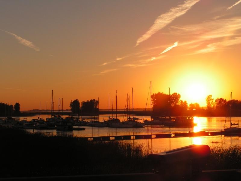 <p>Le coucher de soleil sur les &icirc;les de Contrec&oelig;ur.</p>
