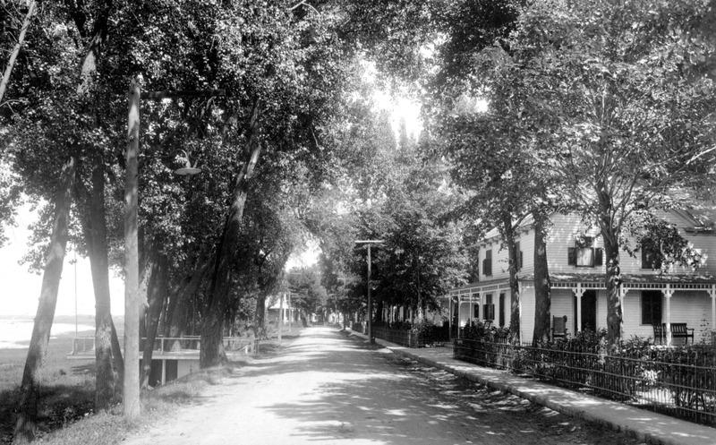 <p>De l&#39;autre c&ocirc;t&eacute; de la rue, faisant face au fleuve, se trouvaient, &agrave; l&#39;emplacement du bureau de poste actuel, ces deux maisons d&#39;&eacute;t&eacute;, o&ugrave; les familles Audet-Lapointe venaient retrouver leur &laquo; parent&eacute; &raquo;, les Hurteau. Ces maisons furent d&eacute;molies vers 1970. &Agrave; noter que la rive &eacute;tait plus pr&egrave;s du chemin &eacute;tant donn&eacute; qu&rsquo;on n&rsquo;y avait pas encore fait de remplissage.</p>