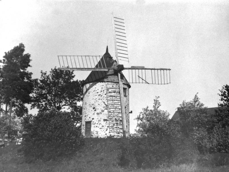 <p>Photo du moulin &agrave; vent prise par Joseph-Louis Cartier, vers 1910.</p>