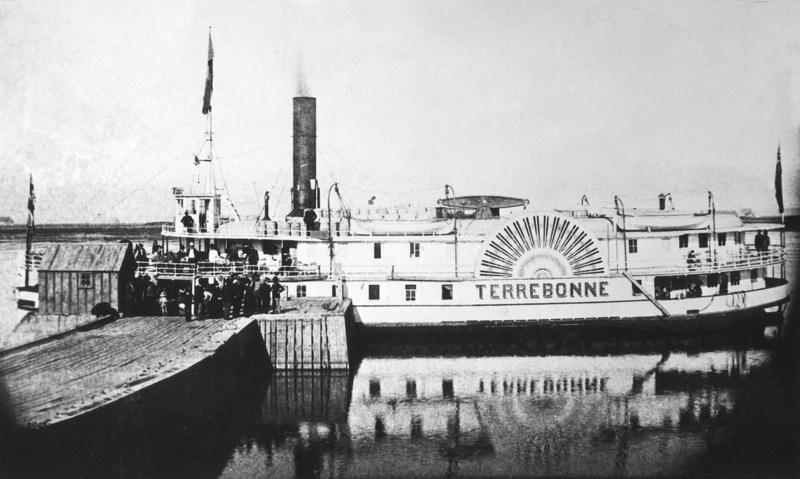 <p>Le bateau Terrebonne qui ravitaillait Contrec&oelig;ur et qui a laiss&eacute; son nom au populaire chenal qu&rsquo;utilisent maintenant les plaisanciers.</p>
