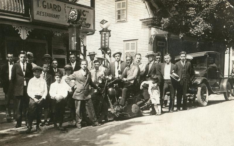 <p>Au 5104, route Marie-Victorin, existait, de 1922 &agrave; 1945, le tr&egrave;s populaire restaurant de Thomas Giard. Derri&egrave;re les badauds, notez les pompes &agrave; essence! Plusieurs commerces se sont succ&eacute;d&eacute; &agrave; cet emplacement; ce local a d&#39;abord servi &agrave; Joseph Papin (grand-p&egrave;re) de manufacture de chaussures.</p>