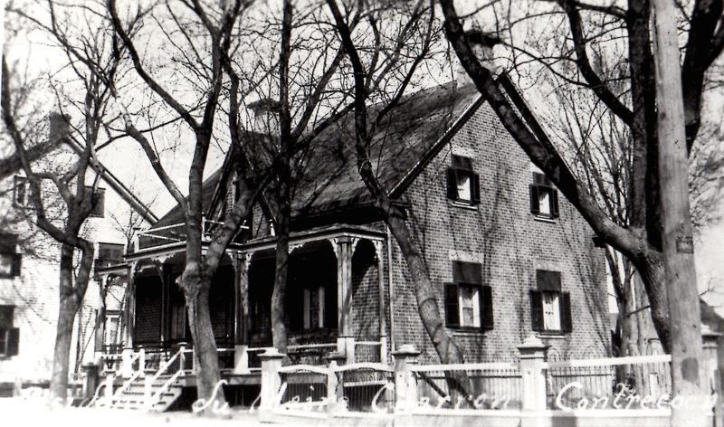 <p>Cette maison, jadis sise au 5025, route Marie-Victorin, a une longue histoire. Le notaire Z&eacute;phyrin Mayrand l&#39;a habit&eacute;e vers 1866. Au d&eacute;but 1900, lui succ&egrave;de le notaire J.-B. Dupuy. Par la suite, Albert Charron, manufacturier de chaussures, en fait sa r&eacute;sidence. De 1934 &agrave; 1971, cette maison abrita le magasin g&eacute;n&eacute;ral des s&oelig;urs Juliette et Marie-Ange Laplante,&nbsp;qui fut ensuite repris par Mme et M. Fortunat Mandeville. La maison fut d&eacute;molie en 1992 et le terrain est toujours vacant.</p>