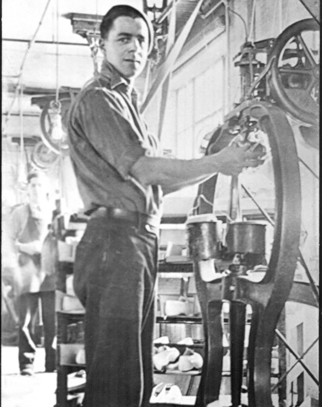 <p>Roger &quot;Ti-Nomme&quot; Nantel au travail en 1939, chez Lafayette.</p>