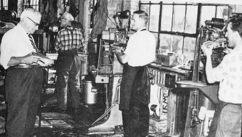 <p>Travailleurs chez Lafayette sous les ordres du g&eacute;rant, M.&nbsp;Henri Bergeron.</p>