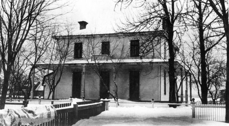 <p>Maison Sainte-Agn&egrave;s, anciennement le couvent, o&ugrave; est maintenant situ&eacute;e la pharmacie Brunet (4915, route Marie-Victorin).</p>