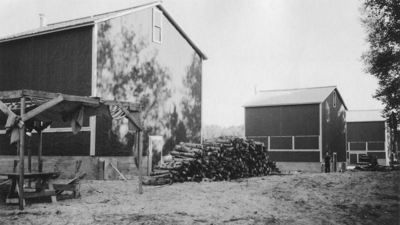 <p>Le s&eacute;choir&nbsp;&agrave; tabac de M. Roland Godbout, neveu d&#39;Ad&eacute;lard Godbout qui fut premier ministre du Qu&eacute;bec en 1941.&nbsp;Photo prise en ao&ucirc;t 1939 par madame Jeanne Langis-Millette.</p>