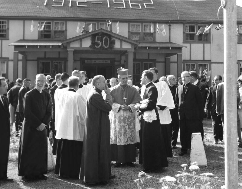 <p>Le Cardinal L&eacute;ger lors du 50e anniversaire de la Colonie, debout devant le pavillon &laquo; Le Central &raquo;, aujourd&rsquo;hui nomm&eacute; &laquo; Le Savignac &raquo; en l&rsquo;honneur d&rsquo;un de ses anciens directeurs.</p>