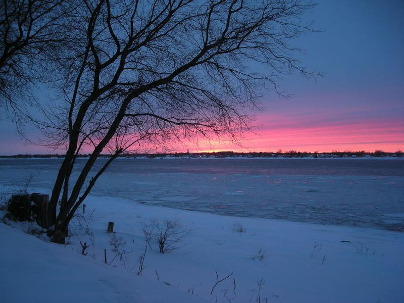 <p>Coucher de soleil hivernal o&ugrave; l&rsquo;on voit le clocher de l&#39;&eacute;glise de&nbsp;Lanoraie au loin.</p>