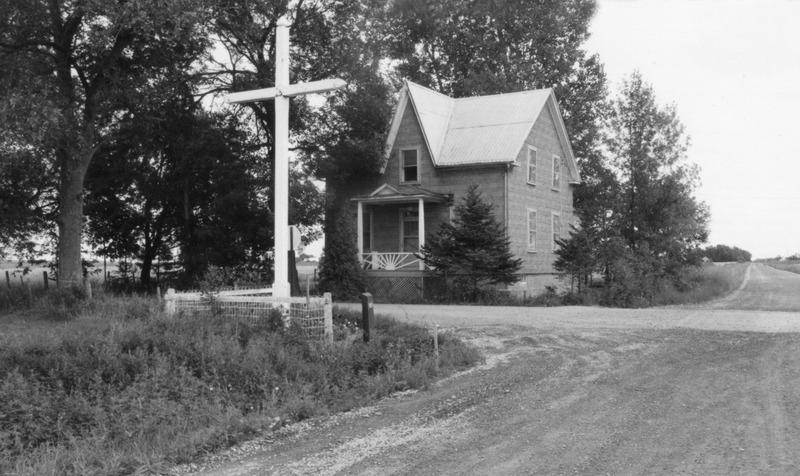 <p>La croix de chemin&nbsp;et la beurrerie en face.</p>