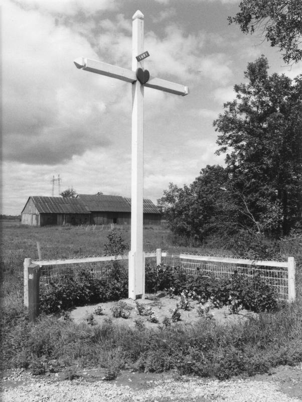 <p>La croix de chemin (avec une grange &agrave; l&rsquo;arri&egrave;re) qui rappelle la pr&eacute;sence religieuse dans ce carrefour distant&nbsp;de 9 kilom&egrave;tres de l&rsquo;&eacute;glise Sainte-Trinit&eacute;.</p>