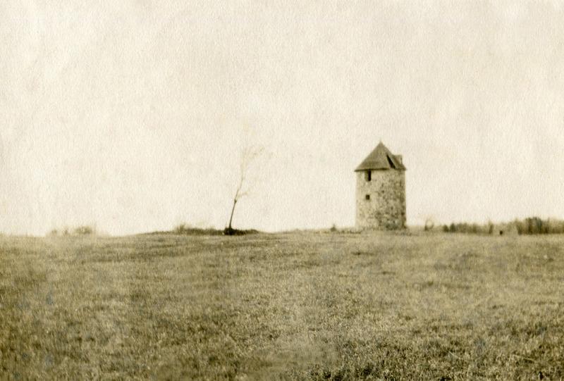 <p>Le moulin &agrave; vent des Handfield qui &eacute;tait situ&eacute; tout pr&egrave;s.</p>