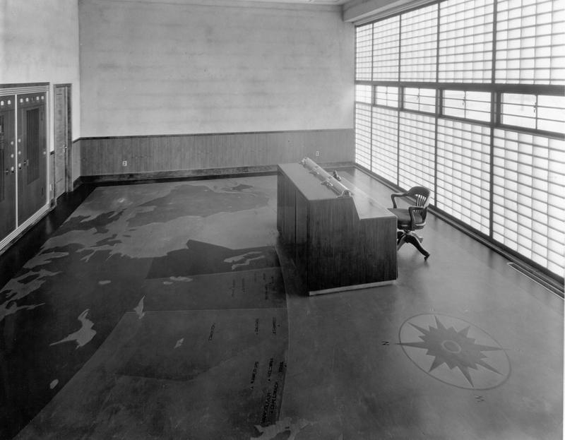 <p>La salle de contr&ocirc;le de la station; remarquez le dessin&nbsp;sur le&nbsp;plancher.<br /><br />Cr&eacute;dit photo : Mus&eacute;e qu&eacute;b&eacute;cois de la radio et les Archives de Radio-Canada</p>