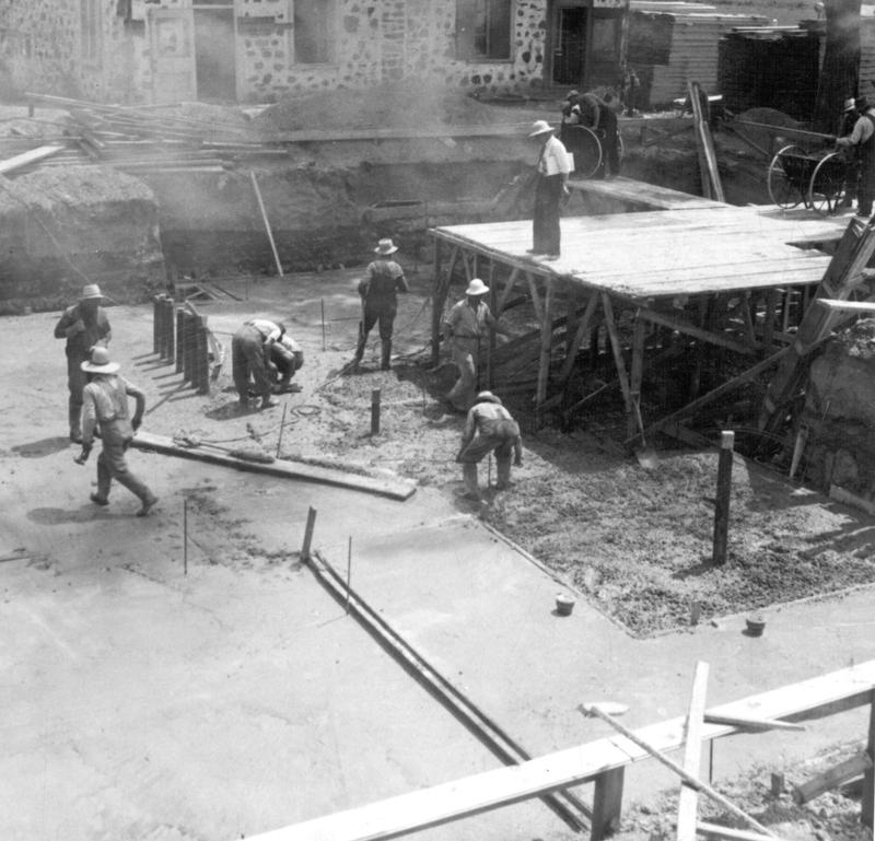 <p>La construction de la station &eacute;mettrice.&nbsp; &Agrave; l&#39;arri&egrave;re, la vieille maison T&eacute;treault.<br /><br />Cr&eacute;dit photo : Mus&eacute;e qu&eacute;b&eacute;cois de la radio et les Archives de Radio-Canada</p>