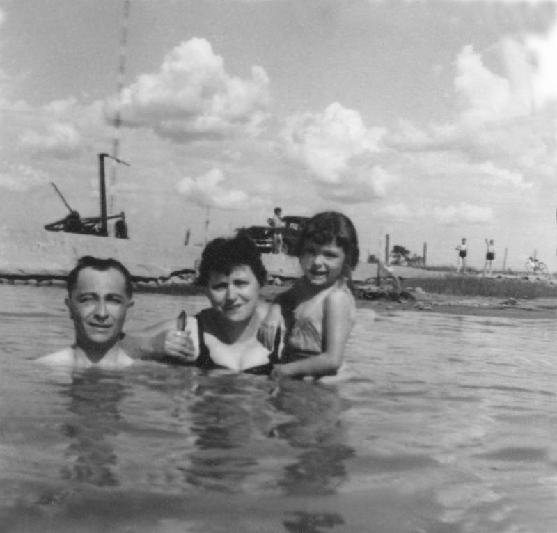 <p>La baignade de Philippe T&eacute;treault, Ir&egrave;ne Robert&nbsp;et leur fille Francine, au quai Fiset.&nbsp;<br />&Agrave; l&#39;arri&egrave;re, remarquez&nbsp;l&#39;antenne de la station &eacute;mettrice.</p>