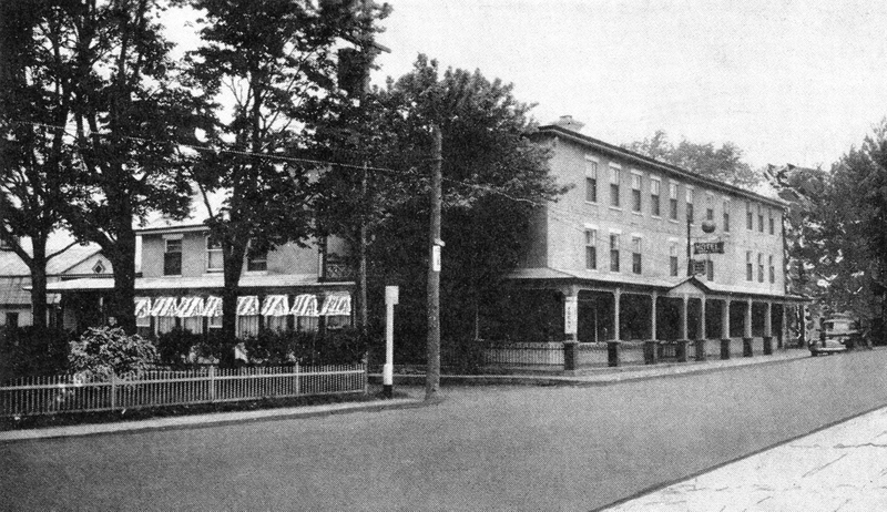 <p>Au 5000, route Marie-Victorin, o&ugrave; se situe l&#39;immeuble de l&#39;h&ocirc;tel de ville et la biblioth&egrave;que de Contrec&oelig;ur, se trouvait jadis l&#39;H&ocirc;tel de La Pomme d&#39;Or, l&rsquo;une des meilleures tables entre Montr&eacute;al et Qu&eacute;bec.</p>