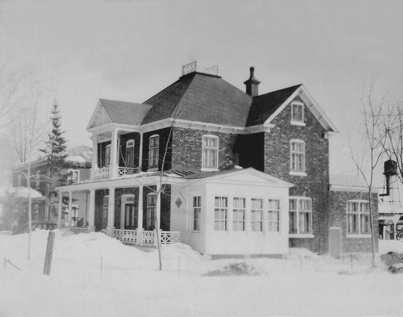 <p>La maison Coallier - Au 4845, route Marie-Victorin, la maison du docteur J.A.T. Coallier, ayant pratiqu&eacute; &agrave; Contrec&oelig;ur de 1916 &agrave; 1956. Cette photo de la maison, b&acirc;tie en 1918 par le p&egrave;re du docteur, date de 1925.<br /><br />Madame Suzanne Coallier, fille du docteur, fut la premi&egrave;re femme canadienne-fran&ccedil;aise &agrave; devenir comptable agr&eacute;&eacute;e en 1949 en plus d&#39;avoir re&ccedil;u l&#39;Ordre du Canada en 1988, en reconnaissance pour ses implications au sein de divers conseils d&#39;administration d&#39;organismes b&eacute;n&eacute;voles.</p>