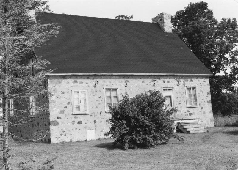 <p>La maison Labossi&egrave;re, situ&eacute;e au 6310, route Marie-Victorin, serait la plus vieille maison de Contrec&oelig;ur. Construite en pierres vers 1740, elle est garnie &agrave; sa devanture de quatre &laquo; esses &raquo; bien forg&eacute;es.<br /><br />Une &laquo; esse &raquo; est une ancre en forme de &laquo; S &raquo; apparaissant souvent en fa&ccedil;ade ou sur les murs ext&eacute;rieurs des maisons en moellons. L&#39;esse est reli&eacute;e &agrave; une tige de m&eacute;tal qui longe une poutre de la maison, reli&eacute;e &agrave; nouveau &agrave; une autre esse situ&eacute;e sur le mur ext&eacute;rieur oppos&eacute;. Les ancres sont utilis&eacute;es afin d&#39;&eacute;viter l&#39;&eacute;cartement des murs.</p>