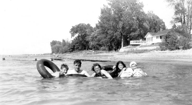 <p>La famille Binette en 1955, &agrave; la plage devant le 9475 Marie-Victorin, plage qui n&#39;existe plus aujourd&#39;hui en raison de la construction de murs de b&eacute;ton et l&#39;enrochement des berges pour prot&eacute;ger la rive. Remarquez l&#39;usage des populaires &quot;tripes&quot; de tracteur &agrave; cette &eacute;poque.</p>
