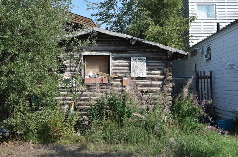 <p>Construite vers 1937 par Colin alias Chippy Louttit, cette petite maison en bois rond a &eacute;t&eacute; le refuge de bien des r&eacute;sidents au fil des ans.<br /><br />Elle a &eacute;t&eacute; b&acirc;tie avec le bois coup&eacute; par Chippy lui-m&ecirc;me, sur les berges de la rivi&egrave;re Yellowknife. Elle traverse les ans, immuable.<br /><br />La cabane a autrefois servi de r&eacute;sidence &agrave; Joe Major, soudeur, aux prospecteurs William Rossing et Rocky Dubois ainsi qu&rsquo;&agrave; Susie King et Joe Powder.&nbsp;<br /><br />De nos jours, elle est utilis&eacute;e comme entrep&ocirc;t.</p>